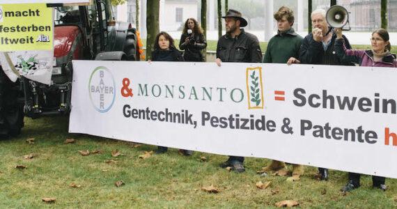 """Leverkusen, 11.10.2016 Schweinischer Bauernprotest vor der Bayer-Zentrale. Copyright: Kampagne """"Meine Landwirtschaft"""" zur freien Benutzung."""