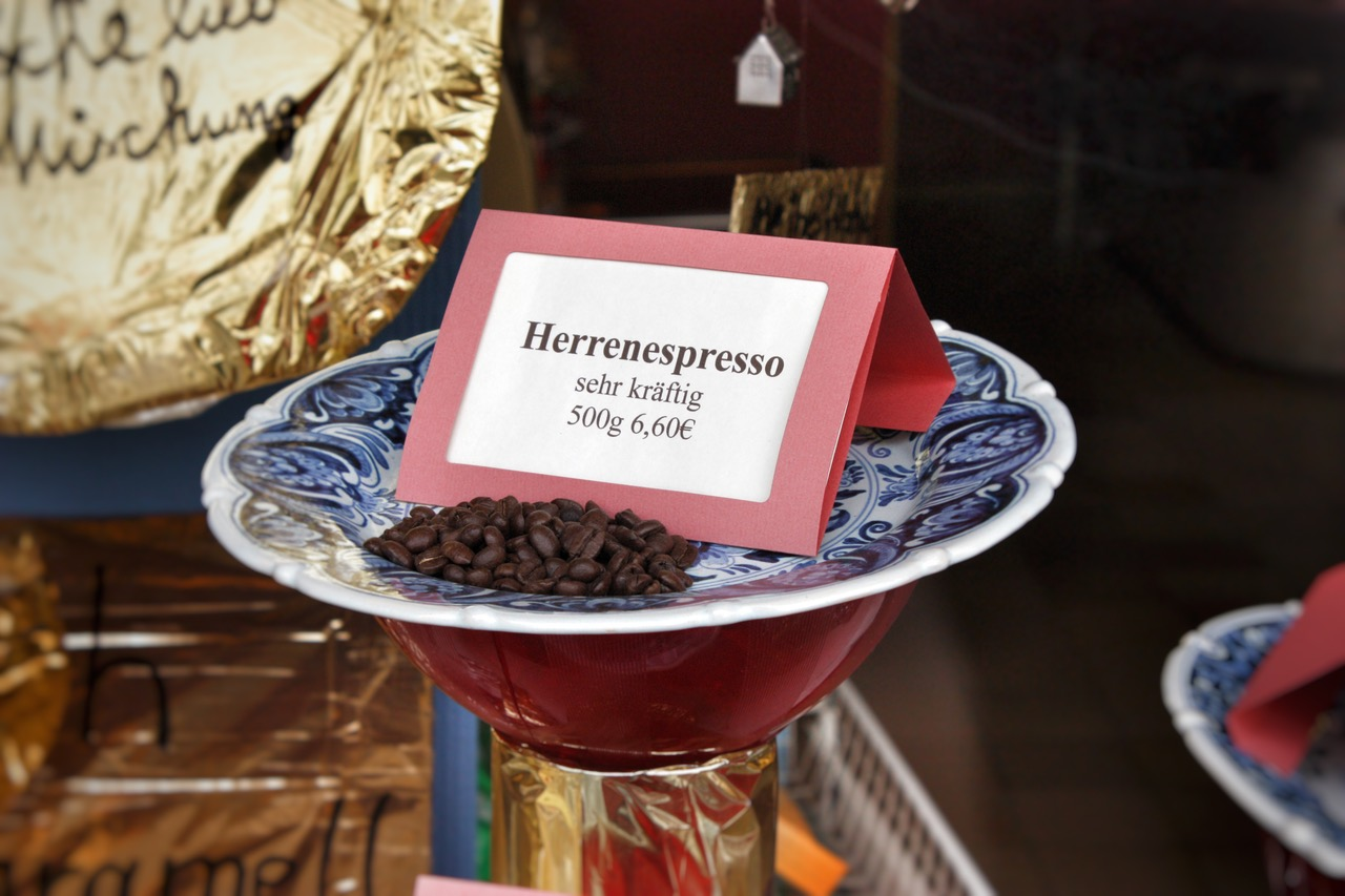 Herrenespresso im Schaufenster der Rösterei Hogrebe, Kalk, April 2018