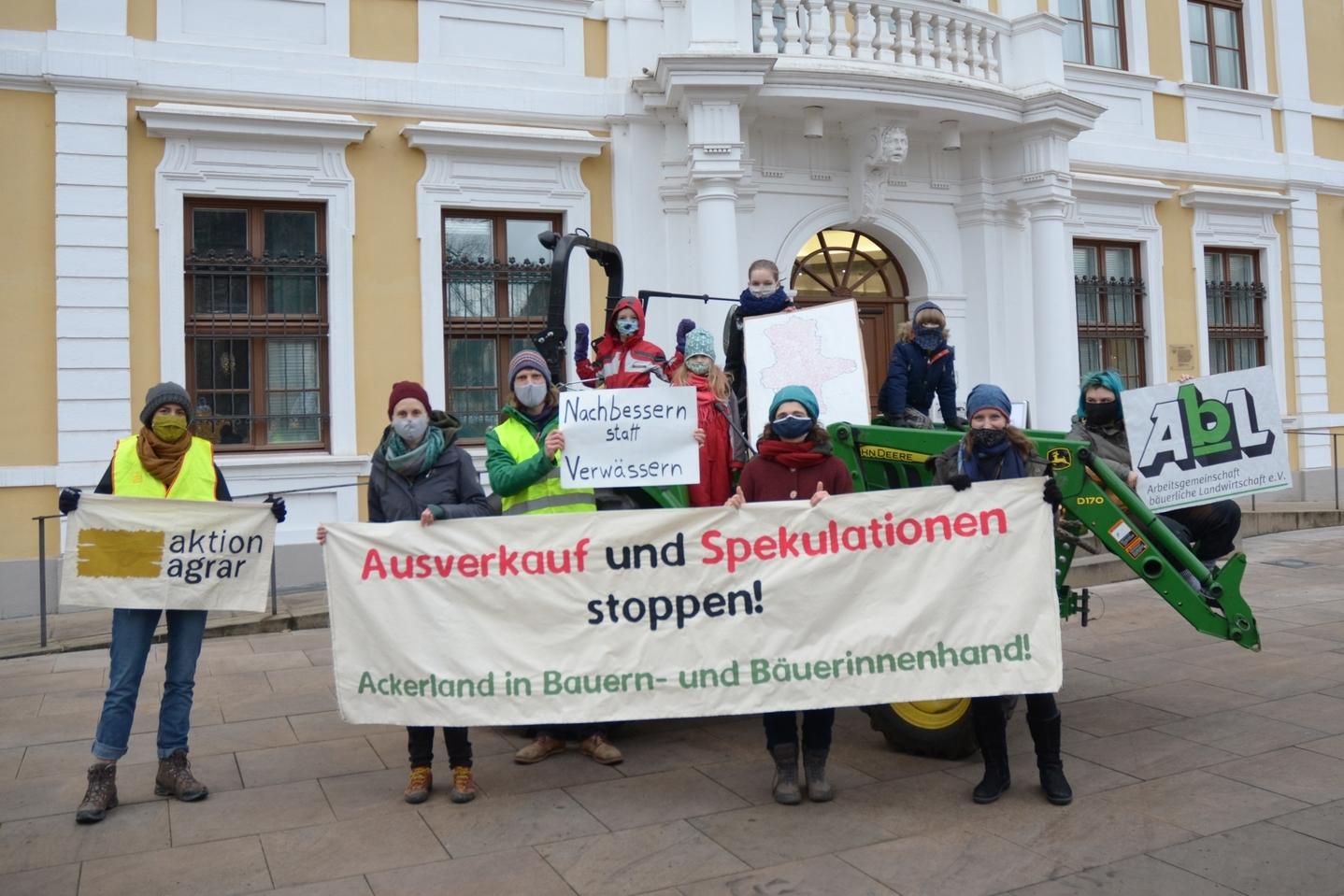 Für ein Agrarstrukturgesetz mit Biss! Aktion Agrar und die AbL vorm Landtag